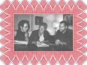 Ondertekening statuten in 2005 met v.l.n.r. Ageeth Beunk, Betsy Oosterwegel en John Vos